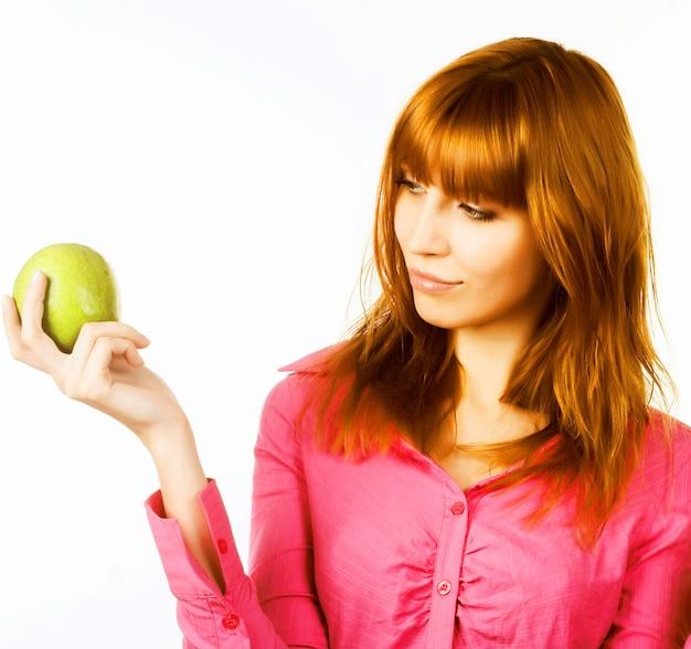 Donna in buona salute che tiene mela