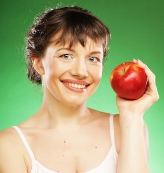 Donna in buona salute con mela rossa fresca