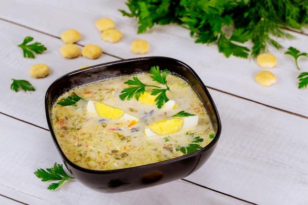 Minestra di verdure cremosa sana con uovo e cracker
