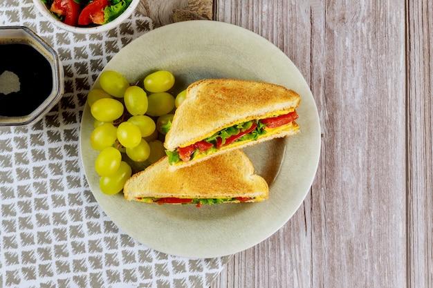 Healty sandwich di formaggio grigliato con caffè e uva.