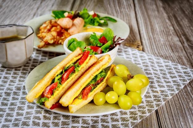 Healty sandwich di formaggio grigliato con uva e tazza di caffè.