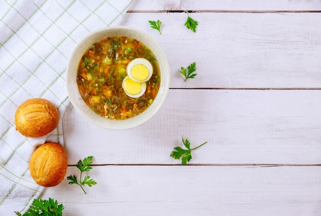 Zuppa di acetosa healty con uovo e panini croccanti