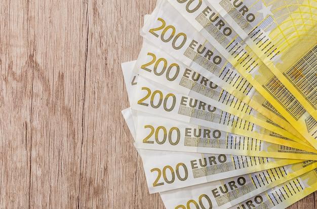 Mucchio di 200 euro su scrivania in legno