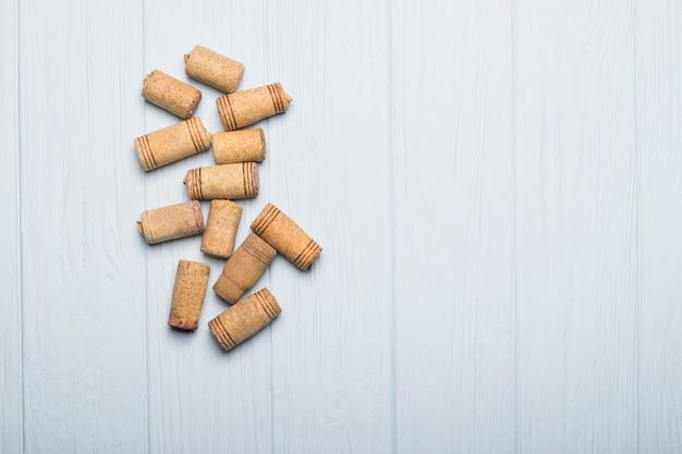 Mucchio di tappi per vino assortiti su legno.