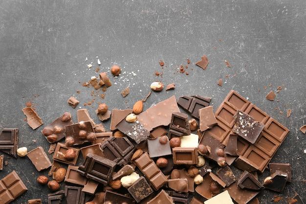 Mucchio di pezzi di cioccolato rotti sul tavolo