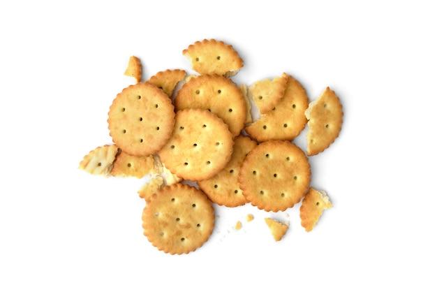 Mucchio di cracker rotti isolati su sfondo bianco. vista dall'alto.
