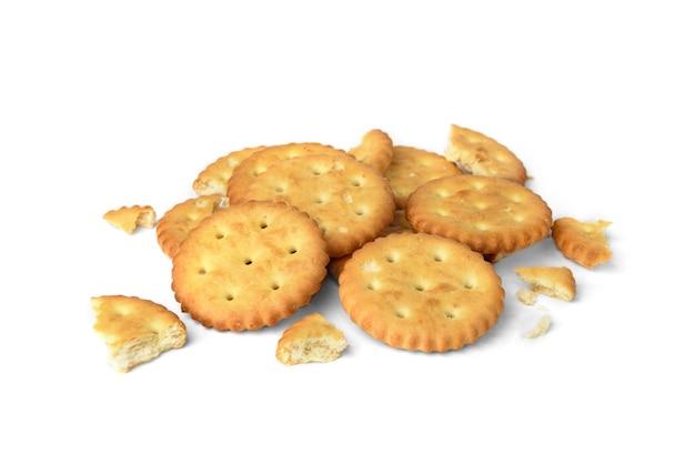 Mucchio di cracker rotti isolati su sfondo bianco.