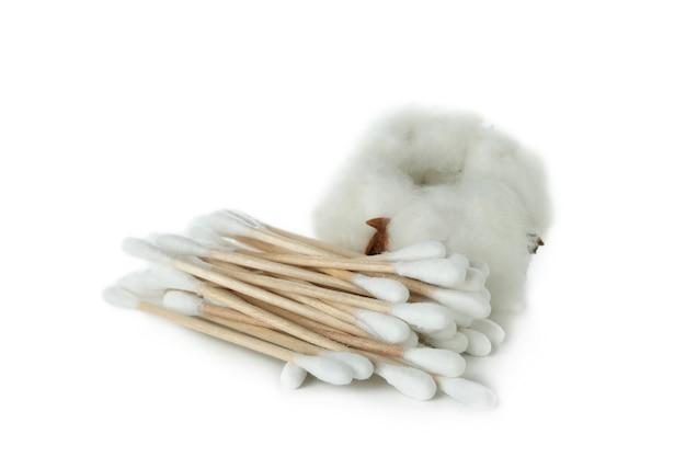 Mucchio di tamponi di cotone e cotone isolati su sfondo bianco