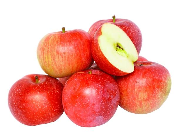 Taglio del mucchio delle mele mature e rosse. isolato su bianco.