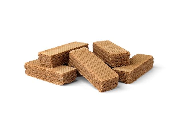 Mucchio di biscotti wafer scuri isolati su sfondo bianco.
