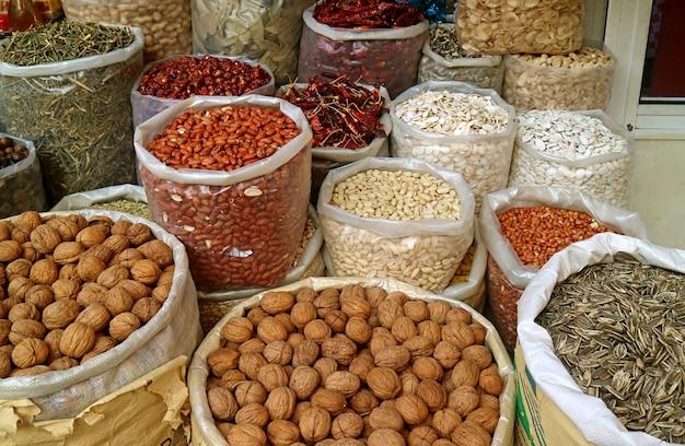 Mucchio di noci secche e cereali integrali per la vendita nel mercato