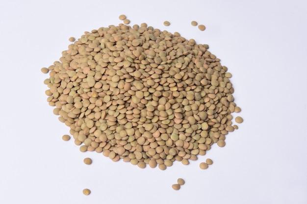 Mucchio di lenticchie eston su sfondo bianco