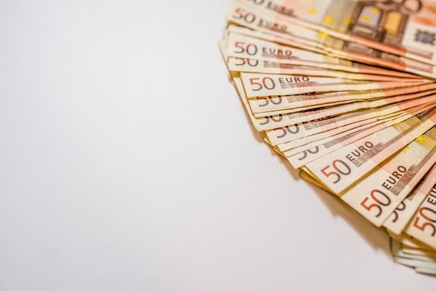 Mucchio di euro note vista laterale. busta di denaro