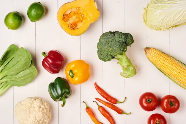 Mucchio di frutta e verdura fresca su fondo di legno