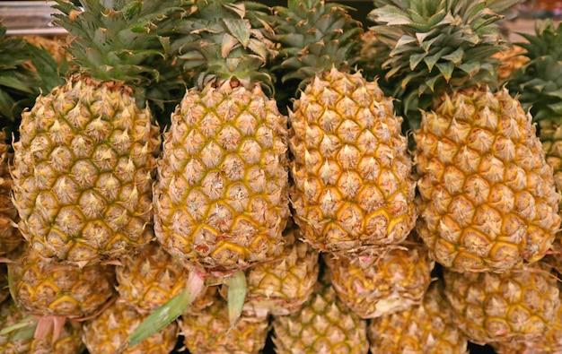Mucchio di ananas maturo fresco per la vendita al mercato
