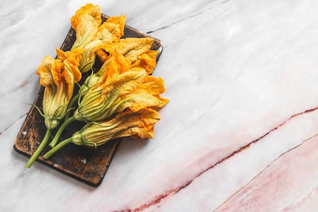 Mucchio di fiori di zucca freschi