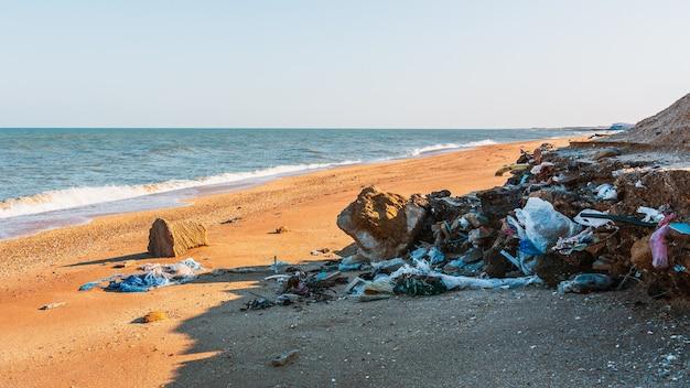 Cumulo di spazzatura sulla spiaggia, inquinamento ambientale
