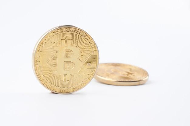 Cumulo di bitcoins dorati isolati su sfondo bianco da vicino con spazio di copia