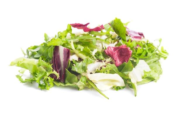 Mucchio di insalata di foglie verdi sane su bianco
