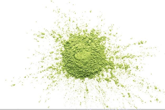 Un mucchio di polvere di tè matcha verde su sfondo bianco isolato.