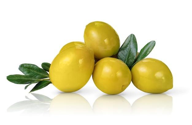 Mucchio di olive verdi con foglie