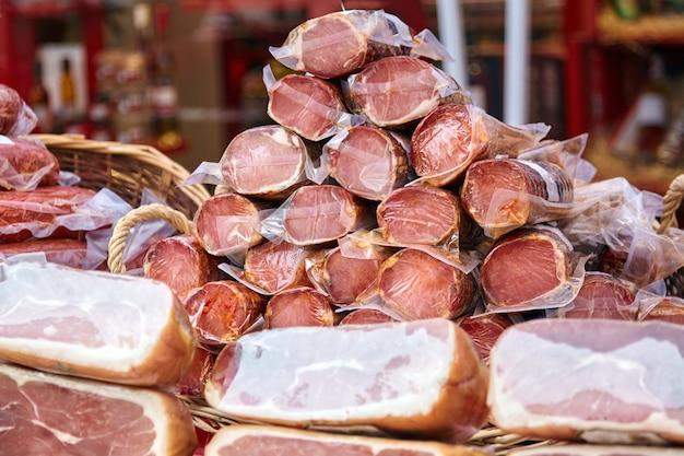 Mucchio di prodotti a base di carne sul bancone del mercato degli agricoltori