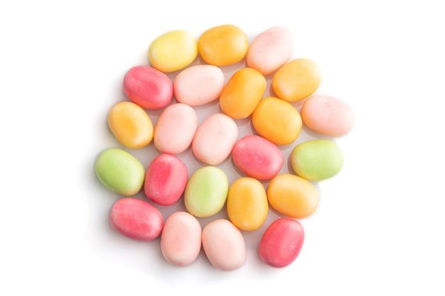 Mucchio di caramelle caramello multicolore isolato su bianco