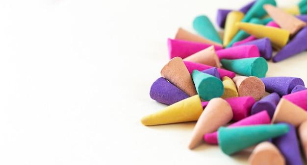Mucchio di close-up coni di incenso aroma naturale. banner con copia spazio Foto Premium