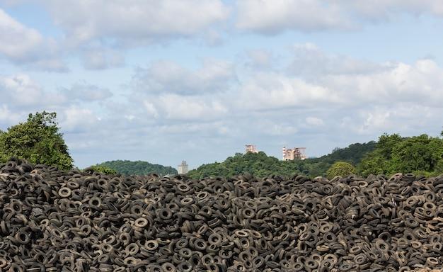 Mucchio di vecchi pneumatici in impianto di riciclaggio in thailandia