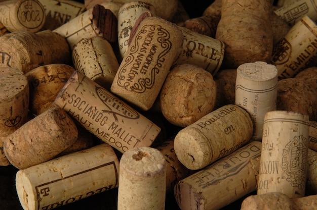 Mucchio di vecchi tappi per vino d'annata fotografia in studio