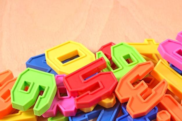 Mucchio di numeri colorati di plastica da vicino