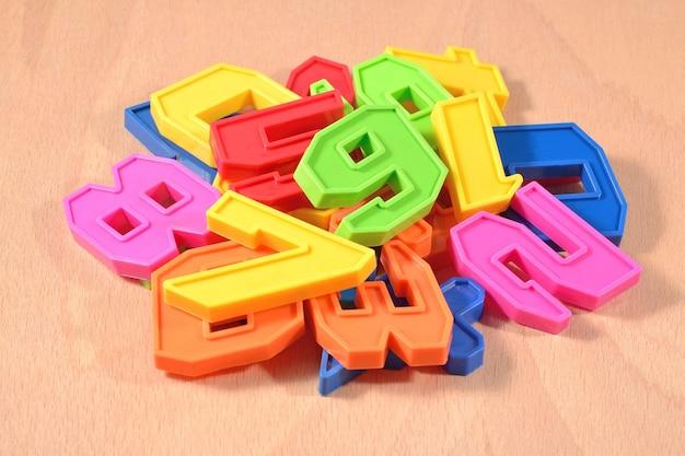 Mucchio di numeri colorati di plastica