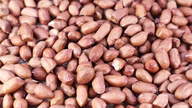 Mucchio di arachidi crude. arachidi coltivate, sotterranee o arachidi.