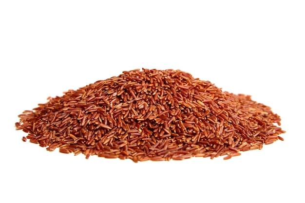 Mucchio di riso rosso isolato su sfondo bianco. grani crudi secchi di una pianta di cereali
