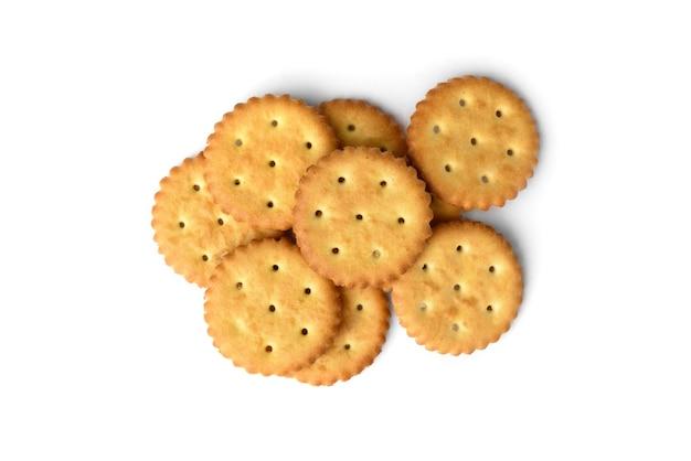 Mucchio di cracker di sale isolato su sfondo bianco. vista dall'alto.