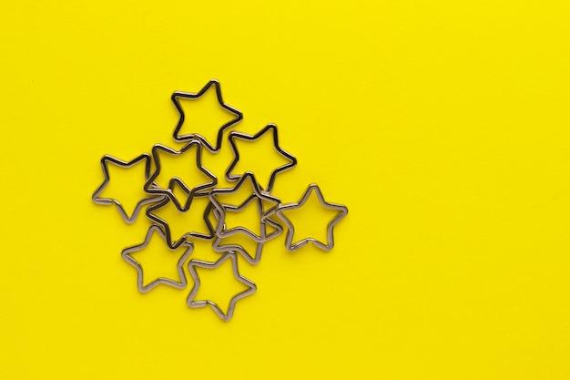Mucchio di portachiavi divisi in metallo lucido per portachiavi. chiusura portachiavi cromata su giallo