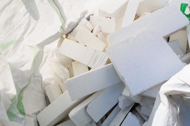 Mucchio di pezzi di polistirolo in un sacchetto di polietilene