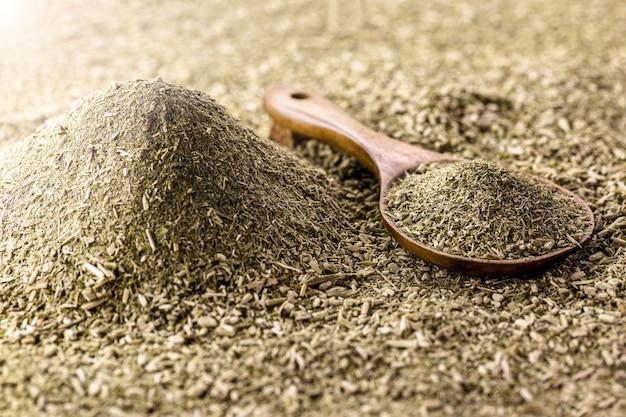Mucchio di yerba mate, con cucchiaio di legno. tipica bevanda calda alle erbe