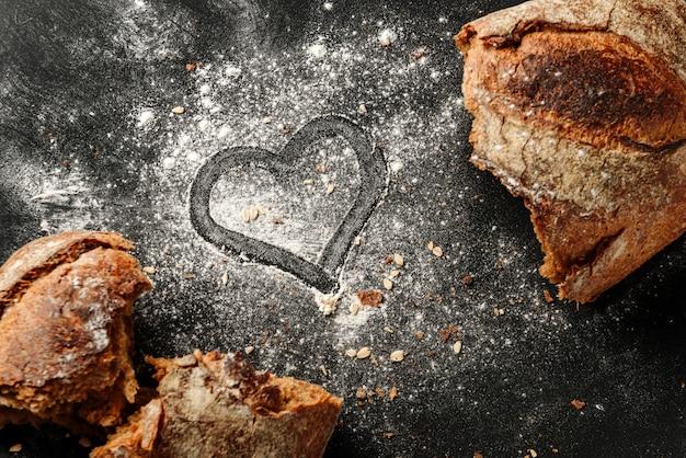Ascolta disegnato sulla farina con pane rustico