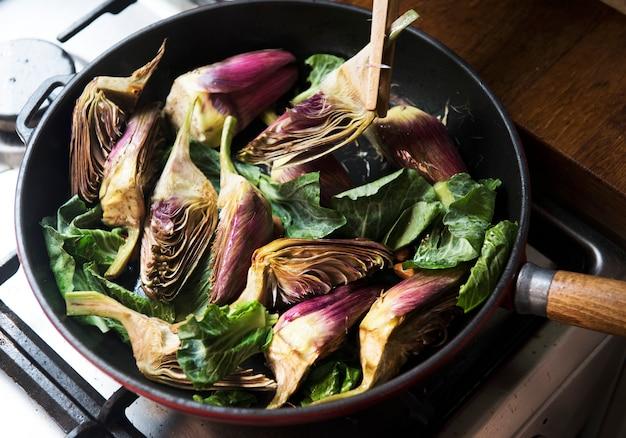 Idea di ricetta per la fotografia di cibo con cuore di carciofo
