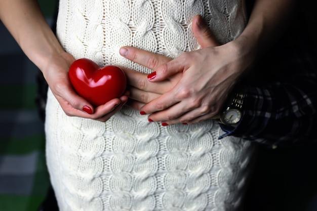 Amore delle coppie della mano del cuore