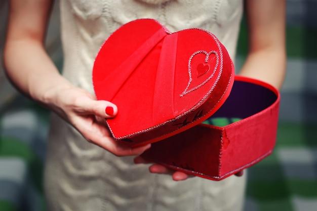 Confezione regalo di san valentino a mano a forma di cuore