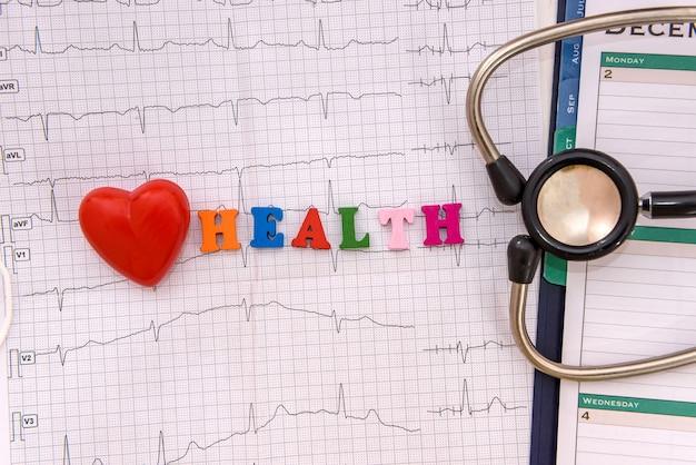 Concetto di salute del cuore con cardiogramma e stetoscopio
