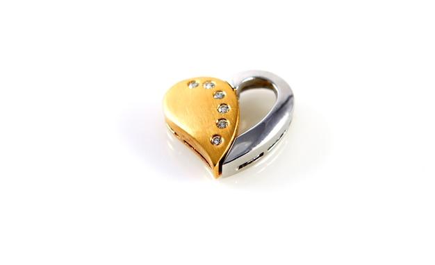 Cuore amore tesoro oro brillante su sfondo bianco