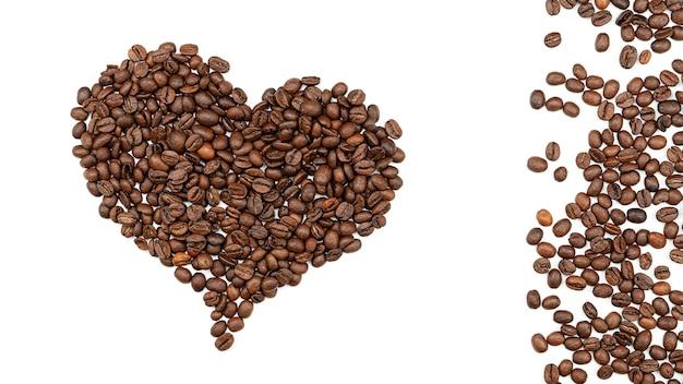 Cuore fatto di caffè e chicchi di caffè vicino ad esso. vista dall'alto.