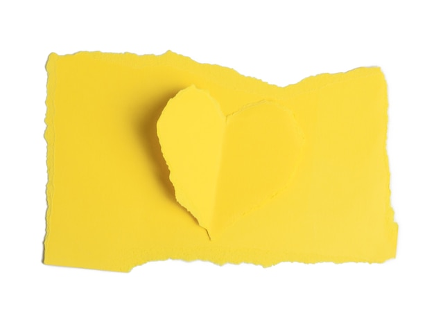 Cuore di carta gialla e un pezzo di cartone giallo strappato isolato