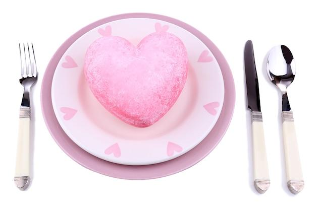 Cuore sul piatto, isolato su bianco