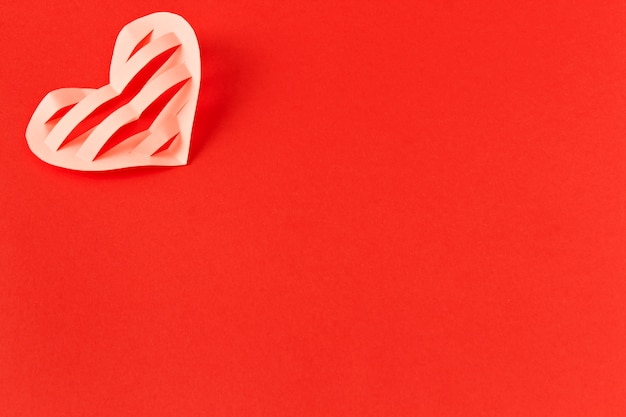 Cuore su uno sfondo rosso