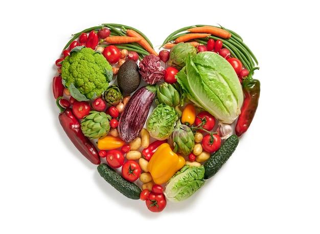 A forma di cuore da varie verdure