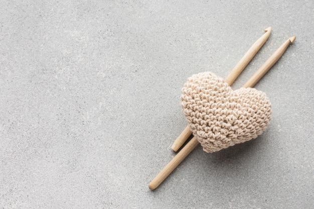 Design a forma di cuore e bastoncini all'uncinetto